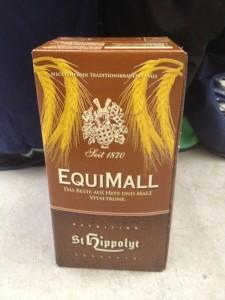 Equimall fra St. Hippolyt er en flydende maltdrik. Den er god for fordøjelsen, energiniveauet og ved pelsskifte. Equimall er særdeles velsmagende og kan også bruges til at fremme ædelyst eller væskeindtag. Foto. hestezonen.dk