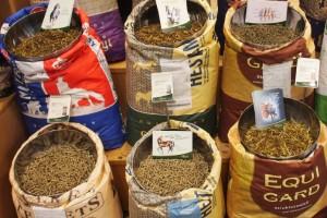 Hestefoder findes i mange varianter og skal dække mange behov. Foto. hestezonen.dk