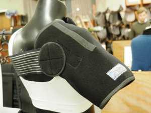 Be Balanced shoulder support med FIR keramisk ler og magneter. Foto. hestezonen.dk